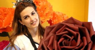 İnternetten görüp üretmeye başladığı dekoratif çiçeklerin tanesini 20 bin liraya satıyor