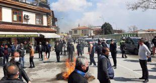 Konya esnafı Mevlana meydanında masa sandalye yaktı